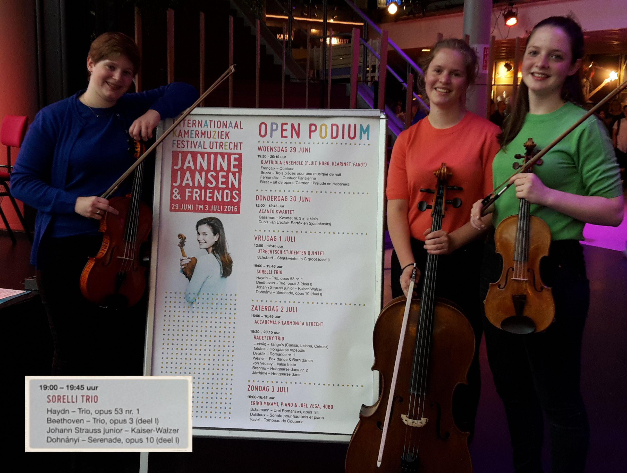 Trio Sorelli met poster van het Internationaal Kamermuziekfestival Utrecht